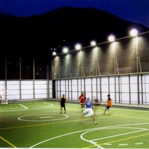 "Mateo Pintò, Matias Pintò, Centro ricreativo Gymnasium Vertical, Barrio Bello Campo, Caracas, 2001 -2004, vista del tetto-campo da gioco (da ""Azure"", giugno 2007)"