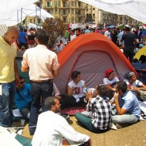 Instant City. Campo di manifestanti in piazza Tahrir. Prodotto da Knell Yolande BBC. Febbraio 2011.